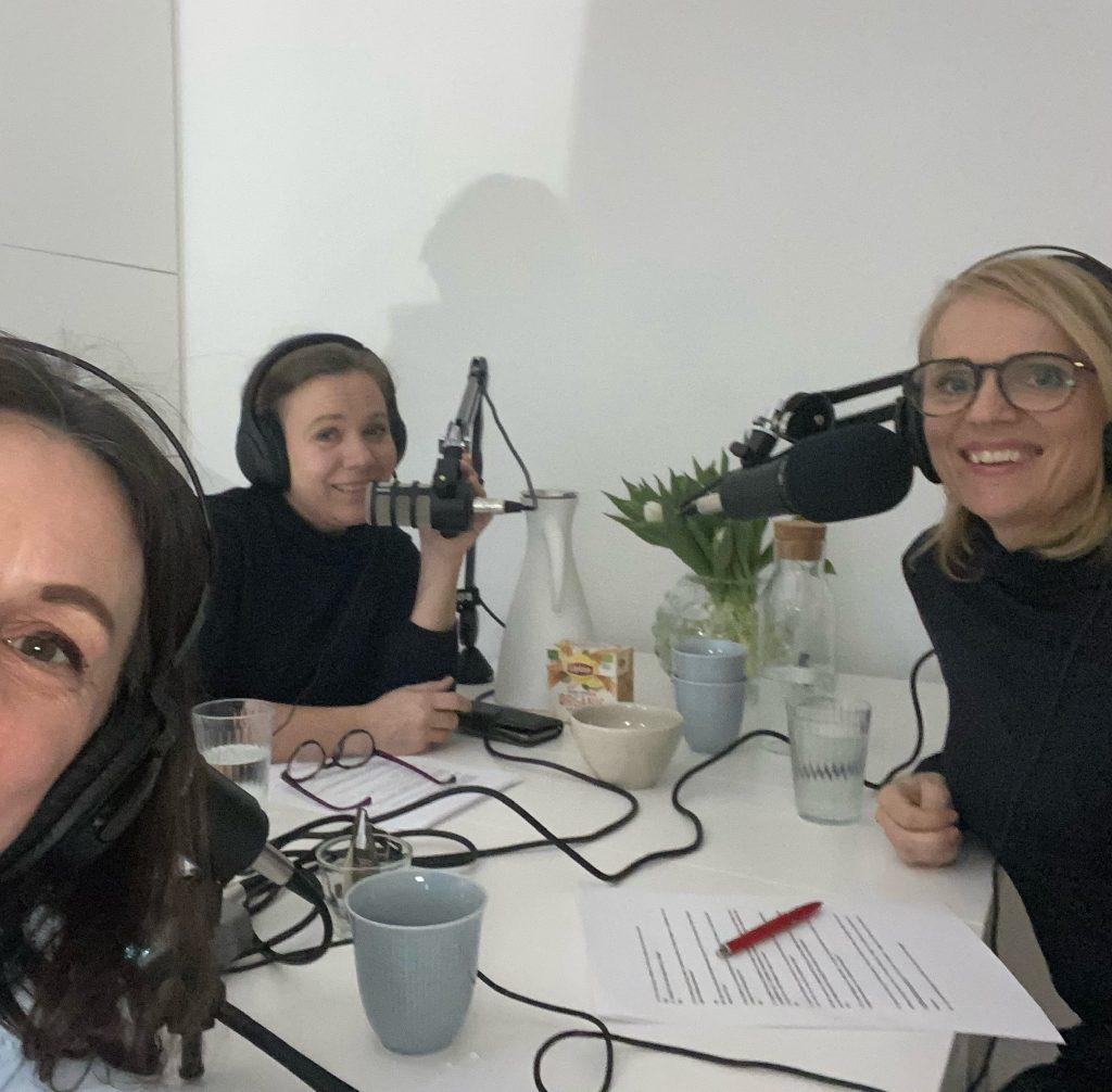 Maria Nyberg och Monia Sunesson intervjuas om att vara familjehem och arbeta inom socialtjänsten